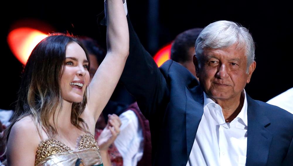 Andrés Manuel López Obrador y Belinda, con las manos entrelazadas y en alto, durante el cierre de campaña del candidato presidencial. Foto: AP / M. Ugarte.