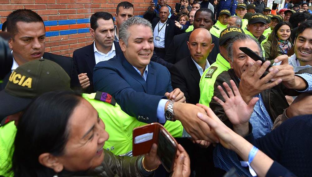 Candidato presidencial Iván Duque es saludado por ciudadanos luego de emitir su voto en Bogotá, Colombia.