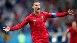 Cristiano Ronaldo celebra eufórico y con los brazos abiertos uno de los tres goles que anotó para la selección de Portugal en el empate ante España.