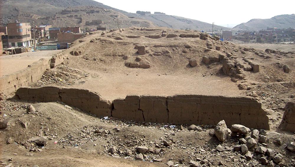 Vista parcial del sitio arqueológico Huaquerones, en la ciudad de Lima, Perú.