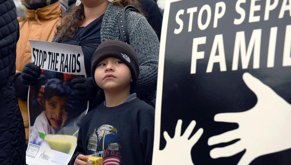 """EFE/EUA CARIBE SHM05 WASHINGTON, DC (EE.UU), 08/01/2016.- Activistas de organizaciones comunitarias muestran carteles el pasado 2 de enero frente a la Casa Blanca en contra de la deportación de inmigrantes que lleva a cabo el gobierno del presidente Barack Obama. Un total de veintidós senadores demócratas pidieron hoy a Obama que ponga fin a las redadas contra familias inmigrantes en el país para deportarlas a sus naciones de origen. """"Estamos preocupados por las prioridades reflejadas en estas acciones. Teniendo en cuenta los riesgos particulares que enfrentan estas madres y niños, la táctica de utilizar operaciones de expulsión agresivas, ampliamente publicitadas, y a menudo en la madrugada, es impactante y equivocado"""", apuntaron los legisladores en una misiva dirigida al mandatario. EFE/LENIN NOLLY/Archivo"""