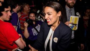 La progresista Alexandria Ocasio-Cortez celebrando la victoria. En vídeo, la candidata se presenta en el anuncio de su campaña. SCOTT HEINS (AFP)