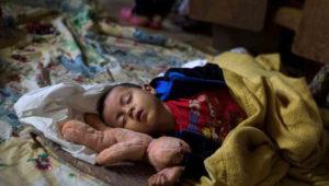 Un niño centroamericano que viaja con una caravana de migrantes en un refugio en Tijuana, México.