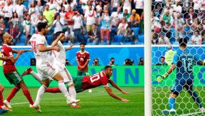 Aziz Bouhaddouz de Marruecos se lanza y cabecea la pelota introduciéndola en su propio arco, en el partido ante Irán por la Copa Mundial de la FIFA Rusia 2018, el 15 de junio en San Petersburgo.