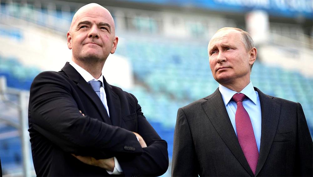 Vladimir Putin y Gianni Infantino recorrieron el estadio de Sochi (Reuters)