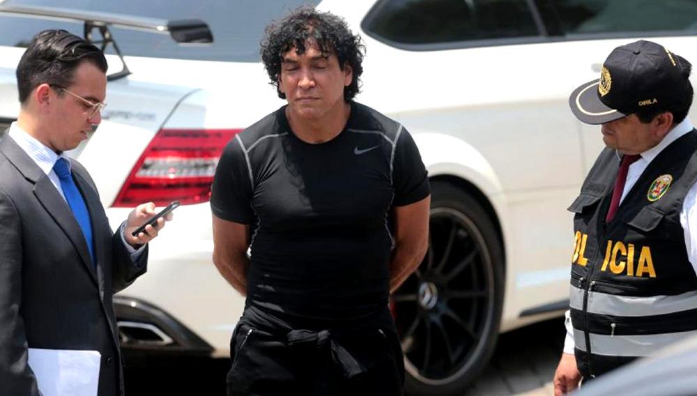 Exportador de oro ilegal Peter Ferrari, con polo negro y esposado, es llevado por la Policía Nacional del Perú.