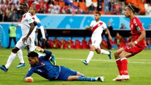 Yussuf Poulsen anota un gol al arquero Pedro Gallese en el partido entre Dinamarca y Perú.