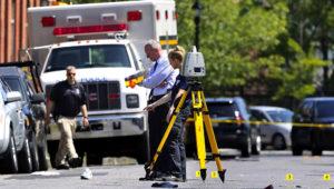 Autoridades policiales inspeccionan el lugar donde dos sujetos dispararon contra personas que asistían al festival de arte y música Art All Night, en Trenton, Nueva Jersey.