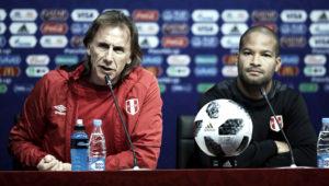 Ricardo Gareca habla en una conferencia de prensa en Saransk, Rusia, acompañado del capitán de la selección peruana de fútbol, Alberto Rodríguez.