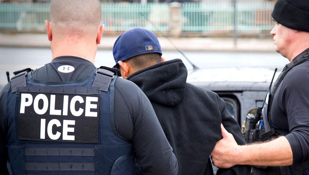 Dos miembros del ICE detienen a un inmigrante ilegal en Estados Unidos