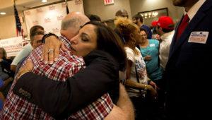 La representante estatal Katie Arrington abraza a partidarios tras derrotar al representante federal Mark Sanford en las elecciones primarias, en el hotel DoubleTree de Hilton, donde celebraba su fiesta de fin de campaña, el 12 de junio de 2018 en North Charleston, Carolina del Sur.