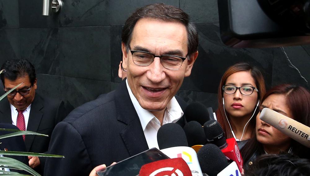 Presidente de Perú, Martín Vizcarra, dialoga sonriente con periodistas.