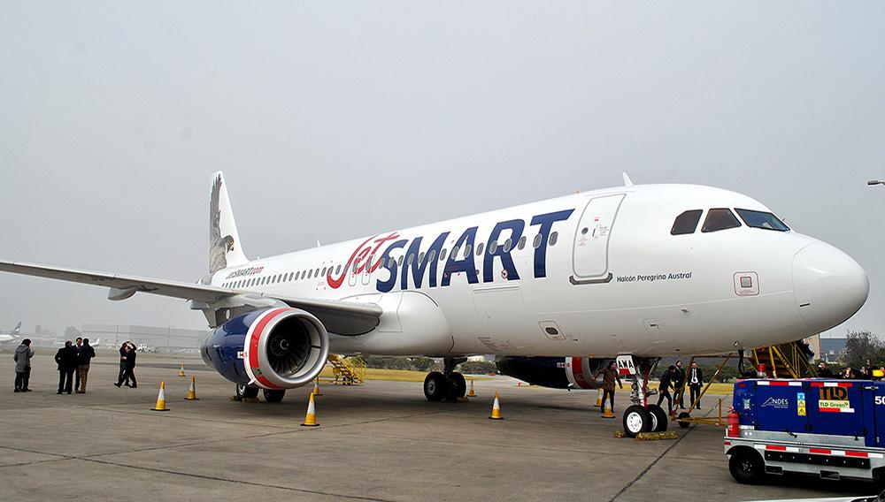 Vista lateral del primer Airbus A320 de JetSMART.