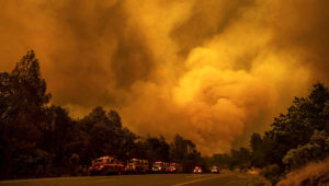 El incendio Carr arde cerca de la carretera 299 en Shasta, California, el jueves 26 de julio de 2018. (AP Photo/Noah Berger)