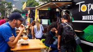 """Personas comiendo en El Topocho Food Truck. En medio de la crisis, los """"food trucks"""" ganan terreno en Caracas. EFE/Miguel Gutiérrez"""