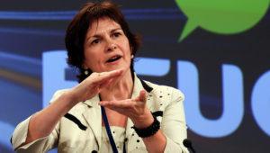 La directora general de la Organización Europea de Consumidores (BEUC), Monique Goyens, responde durante una rueda de prensa sobre las propuestas de la Comisión Europea para alcanzar los objetivos de reducción de emisiones contaminantes de vehículos para 2020, en Bruselas, Bélgica, hoy, miércoles 11 de julio de 2012. EFE/JULIEN WARNAND
