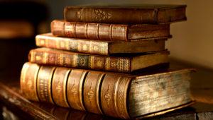Libros viejos sobre una mesa.
