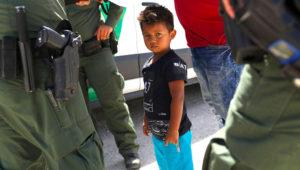 Niño rodeado de policías de inmigración de EE.UU. John Moore/Getty Images