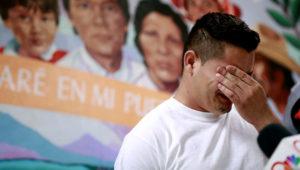 En esta fotografía de archivo del 25 de junio de 2018, Christian, de Honduras, narra cómo lo separaron de su hijo en la frontera, durante una conferencia de prensa en la Casa de la Anunciación en El Paso, Texas. (AP Foto/Matt York, Archivo)