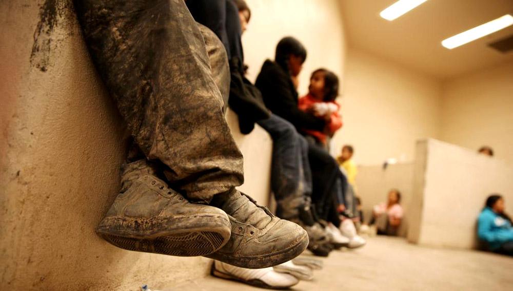 Niños inmigrantes esperando en un centro de detención