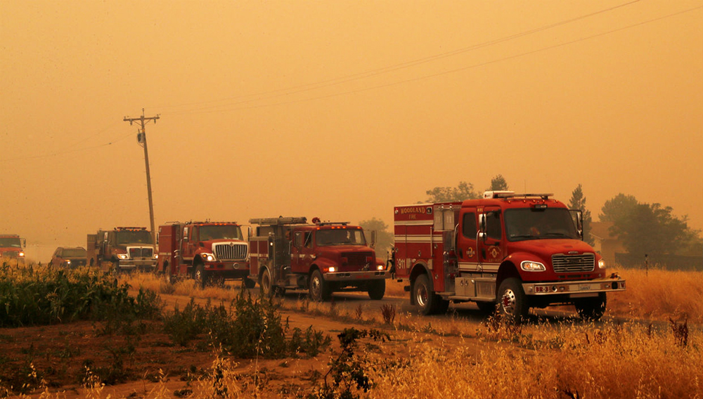 Labores de extinción de un incendio en Guinda, California, EEUU (AFP)