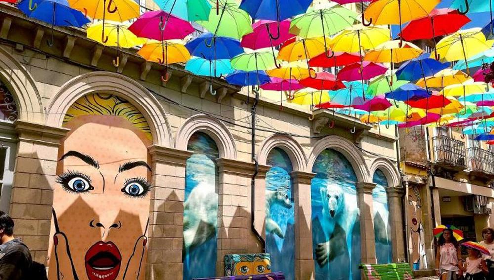 La ciudad portuguesa de Águeda se ha convertido en referente mundial por sus singulares decoraciones callejeras con paraguas de colores, una iniciativa que ha exportado a todo el mundo. Foto: EFE