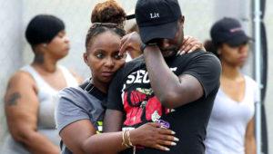 Esta foto del domingo 5 de agosto del 2018 muestra a un hombre llorando afuera del Hospital Stroger en Chicago, tras salir de la sala de emergencia, donde había muchos familiares y amigos de víctimas de tiroteos. (Antonio Pérez/Chicago Tribune via AP)