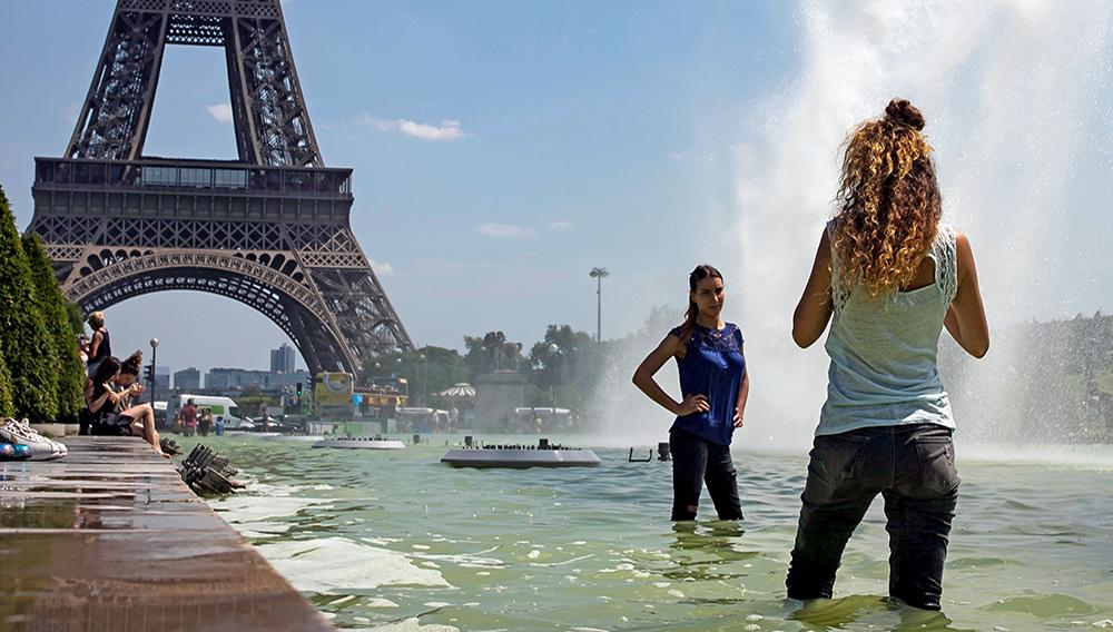FRANCIA TIEMPO:ISL55 PARÍS (FRANCIA), 18/07/2017.- Varias personas se refrescan en la fuente de la plaza de Trocadero, cerca de la Torre Eiffel en París, Francia, hoy, 18 de julio de 2017. Francia sufre una ola de calor con máximas de 35ºC. EFE/Ian Langsdon