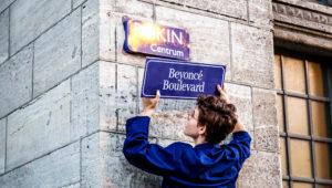 Amsterdam 07-08-2018 Straatnaamborden vervangen voor feministische straatnaambordjesFoto: Tammy van Nerum