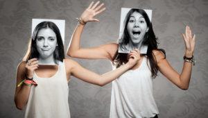 Portrait von zwei Mädchen, die eine Fotografie vor dem Gesicht. 123rf.com