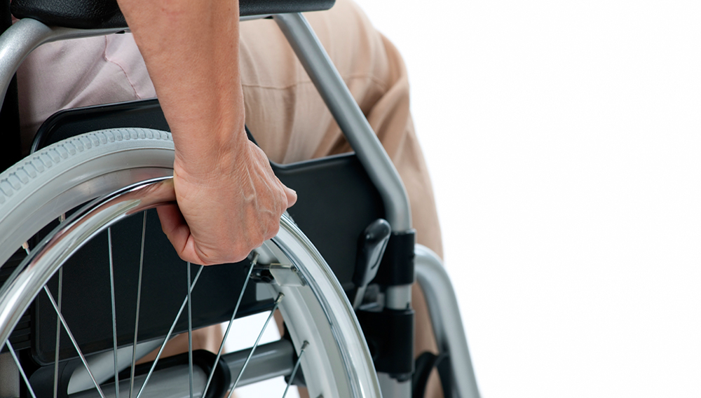 Vista parcial de un discapacitado en silla de ruedas. Photo: iStock_000015628993_Medium