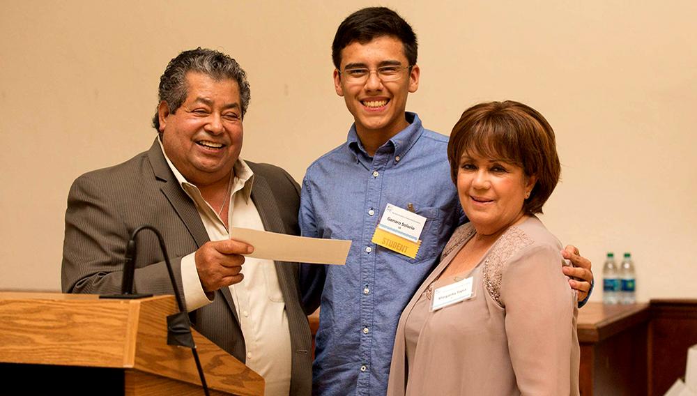 Catalino Tapia y su esposa Margarita entregando una beca para la universidad a un estudiante de bajos recursos. Foto: Fundación de Becas de Jardineros de la Bahía de San Francisco (BAGSF).