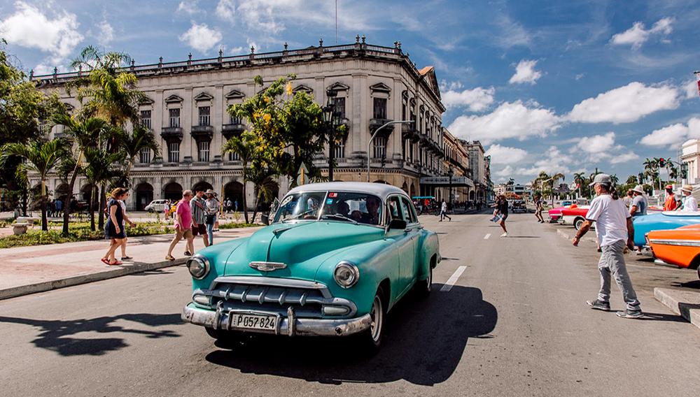 Qué sería de La Habana sin sus coloridos coches. Foto: mochilerodigital.es
