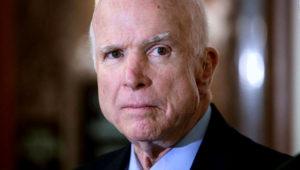 Senador John McCain recibe medalla de la Libertad por el Centro de Constitución Nacional en Filadelfia, el lunes 16 de octubre. Foto: AP