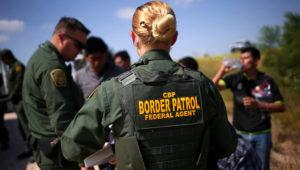 Una agente de la patrulla fronteriza de EEUU en una imagen de archivo. (Photo by John Moore/Getty Images)