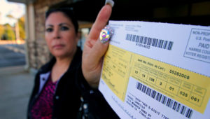 EFE/EUA CARIBE SHM26 HOUSTON (TX, EEUU), 6/11/2012.- Raquel Carrillo, propetaria de un restaurante, muestra su registro electoral en un centro de votación del condado Harris, donde se asienta la ciudad de Houston. EFE/ALICIA PEREZ