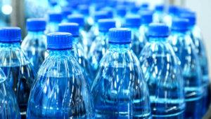 O PET (polietileno tereftalato), um material reciclável, é um dos plásticos mais difundidos, amplamente utilizado para embalagens de alimentos e principalmente garrafas (IStock/Getty Images)