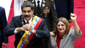 El presidente Nicolás Maduro y su esposa la primera dama Cilia Flores saludan al llegar a una sesión con la Asamblea Constitutente en Caracas, Venezuela, el 24 de mayo de 2018. (AP Foto/Ariana Cubillos, File)