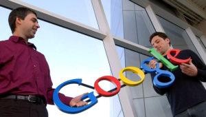 En esta foto de archivo del 15 de enero de 2004, los cofundadores de Google, Larry Page, izquierda, y Sergey Brin posan en la sede de la empresa en Mountain View, California. (AP Foto/Ben Margot, File)