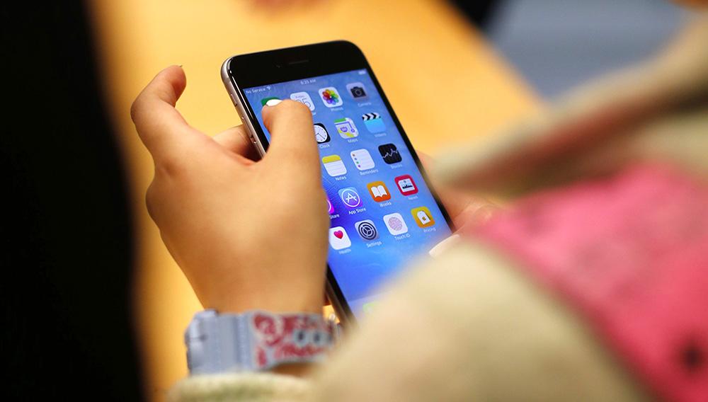 En esta fotografía de archivo del 25 de septiembre de 2015, una persona prueba el nuevo teléfono iPhone 6S en una tienda Apple en Chicago. (AP Foto/Kiichiro Sato, archivo)