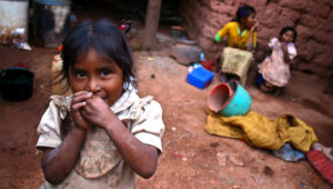 Tres niñas indígenas nahuas en el interior de su casa, según informe para el desarrollo.