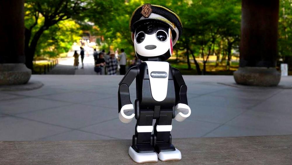 Fotografía facilitada por Sharp del mini-robot humanoide japonés Robohon que ejercerá como guía turístico en Kioto (oeste) a través de un nuevo servicio ofrecido por taxis de la ciudad ante el creciente número de extranjeros que visitan el país y la antigua capital nipona. EFE
