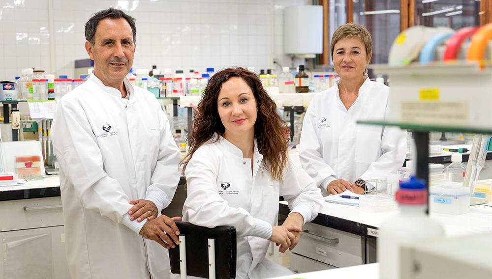 José Ignacio Ruiz-Sanz, Jenifer Trepiana y M. Begoña Ruiz-Larrea. Fotografía: MItxi (UPV/EHU)