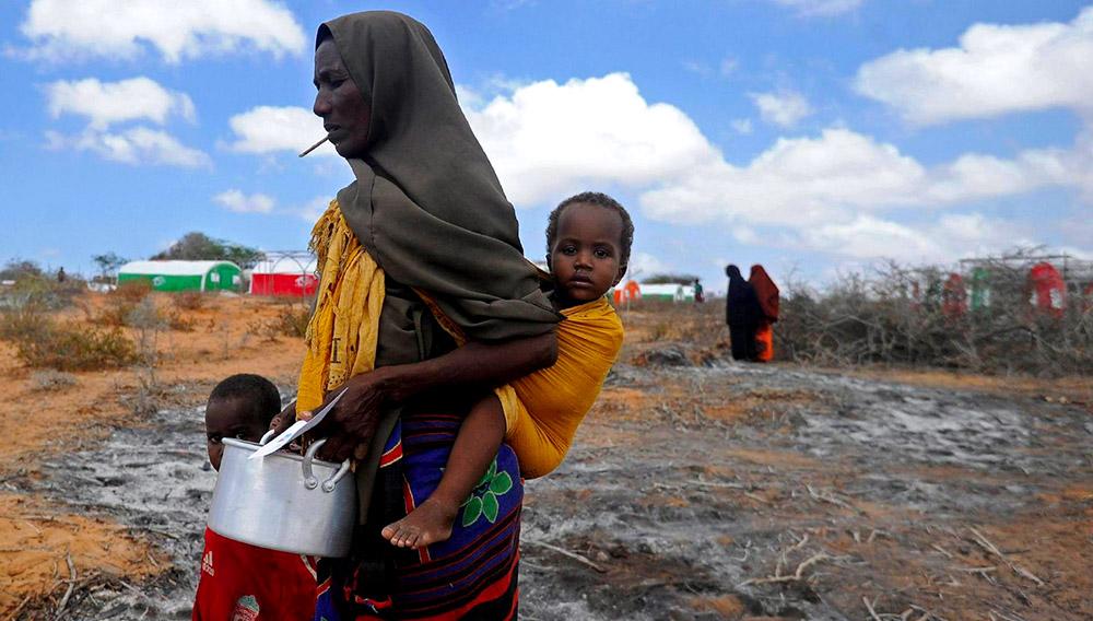 Desplazados somalíes esperan para recibir alimentos en Mogadiscio. AFP/MOHAMED ABDIWAHAB
