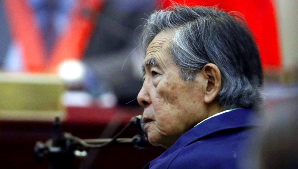 En esta foto del 15 de marzo de 2018, el expresidente peruano Alberto Fujimori, escucha una pregunta durante su testimonio en una base militar en Callao, Perú. El poder judicial anuló el miércoles 3 de octubre el indulto humanitario que lo liberó y ordenó su captura para retornarlo a prisión. (AP Foto/Martín Mejia, Archivo)