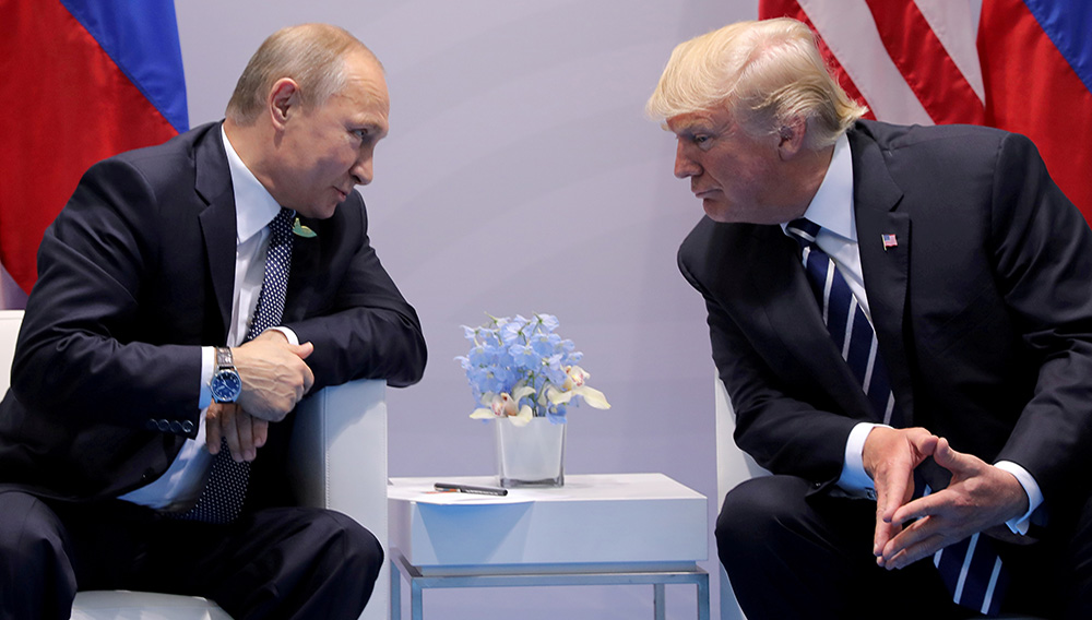 FILE PHOTO: Russia's President Vladimir Putin talks to U.S. President Donald Trump during their bilateral meeting at the G20 summit in Hamburg, Germany, July 7, 2017. REUTERS/Carlos Barria/File Photo