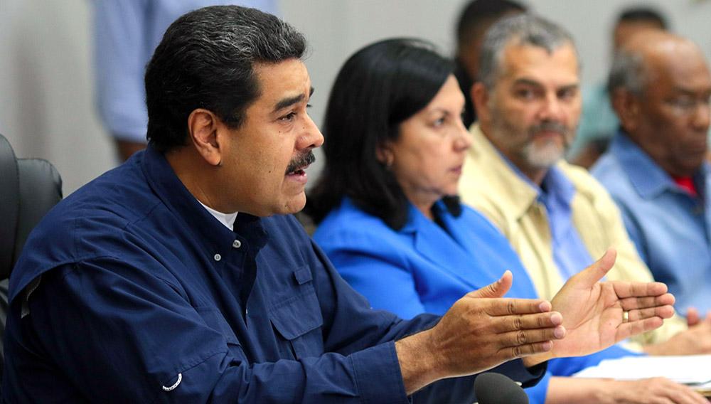 Fotografía cedida por prensa de Miraflores del presidente de Venezuela Nicolás Maduro (i), quien habla durante un Consejo de Ministros el martes 16 de mayo de 2017, en la ciudad de Caracas, Venezuela. EFE