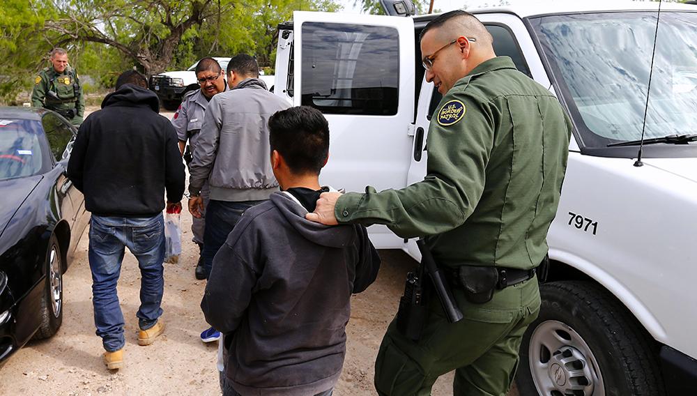 Agentes de la Patrulla Fronteriza estadounidense procesan a un grupo de personas sospechosas de cruzar el río Grande para ingresar ilegalmente a Estados Unidos cerca de McAllen, Texas (EE.UU.). EFE/Archivo