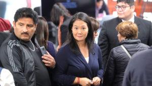 Keiko Fujimori, líder del principal partido opositor peruano, Fuerza Popular, es vista el 21 de octubre de 2018, luego de que fuera suspendida la audiencia judicial en Lima (Perú), que decidirá sobre el pedido de la Fiscalía para someterla a prisión preventiva por 36 meses por supuestamente haber cometido el delito de lavado de activos. EFE
