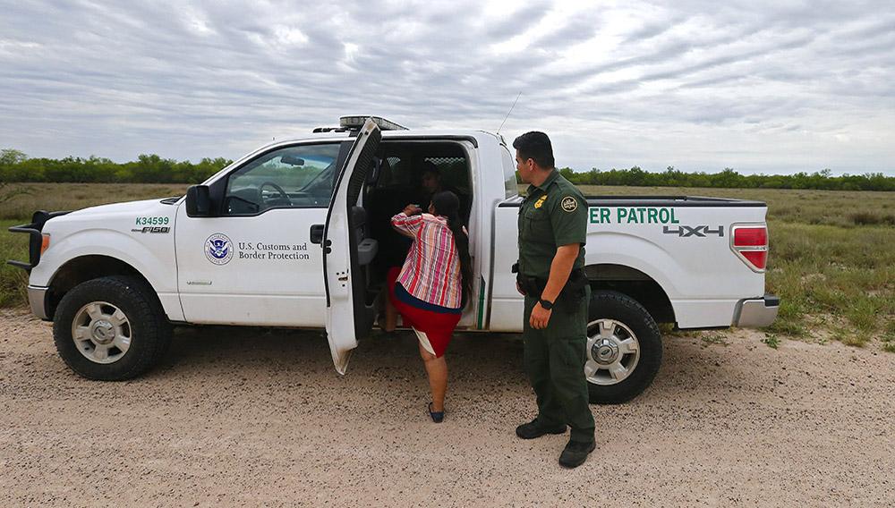 Miembros de la Patrulla Fronteriza detienen a varias personas indocumentadas. EFE/Archivo